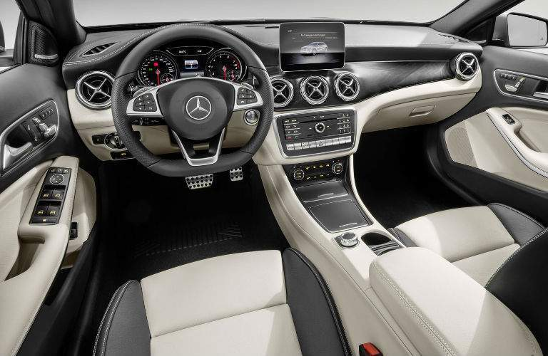 2018 Mercedes-Benz GLA steering wheel and dash