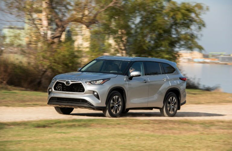 A front left quarter photo of the 2020 Toyota Highlander.