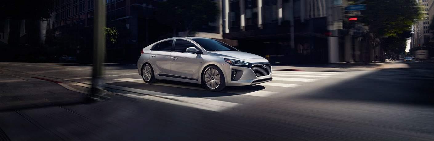 2018 hyundai ioniq plug-in hybrid driving in the city