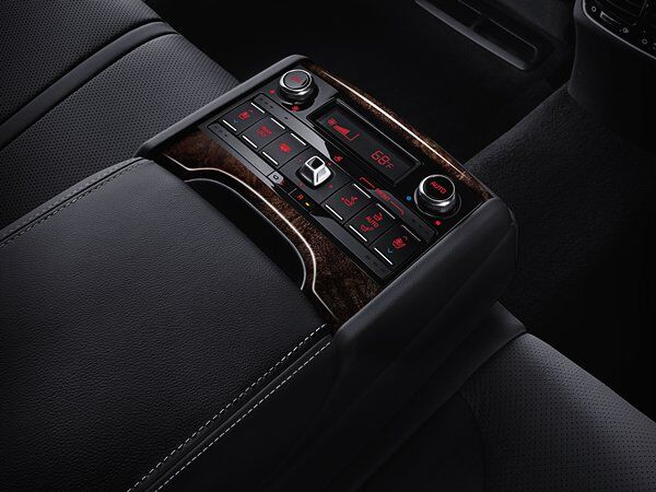 Kia K900 - Rear-Seat Armrest Control Center
