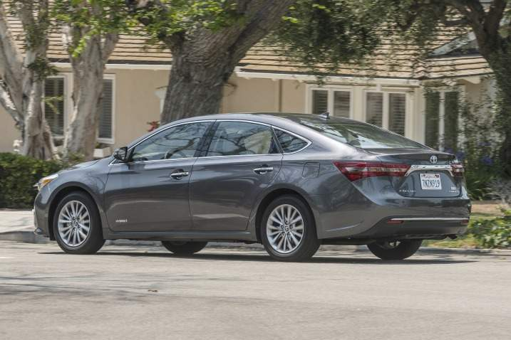 2017 Toyota Avalon Hybrid Side View