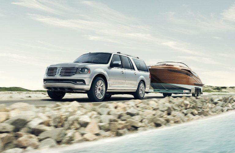 2016 Lincoln Navigator towing boat_o