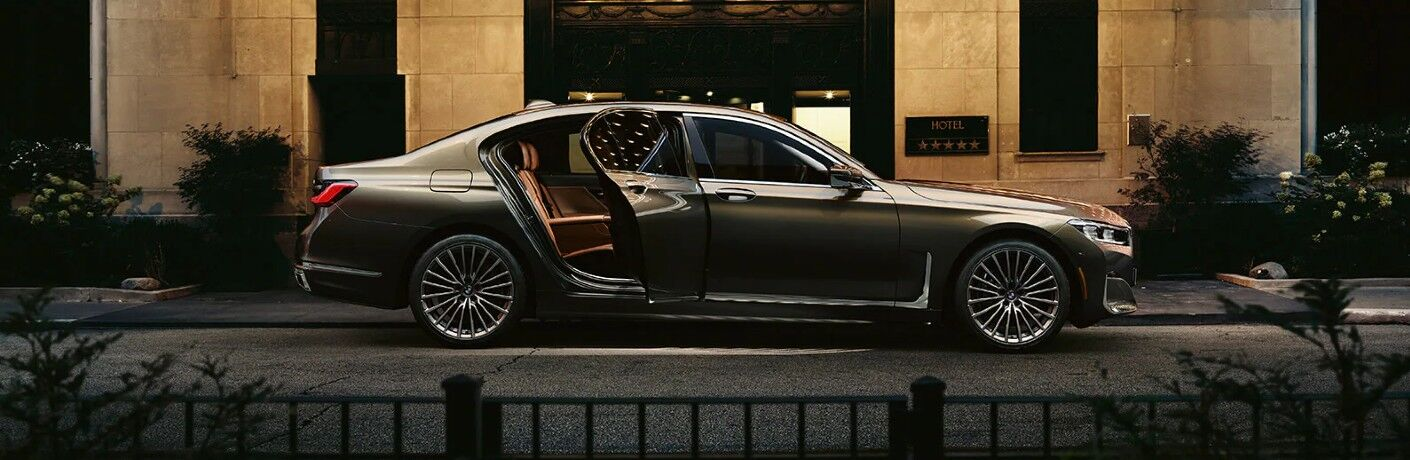 2021 BMW 7 Series at hotel lobby area
