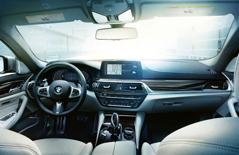 dash infotainment system in 2020 bmw 5 series