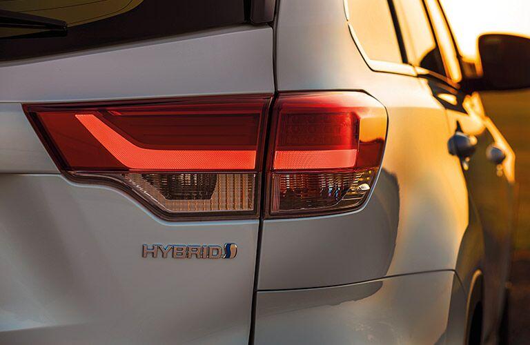 rear taillight of white 2019 toyota highlander