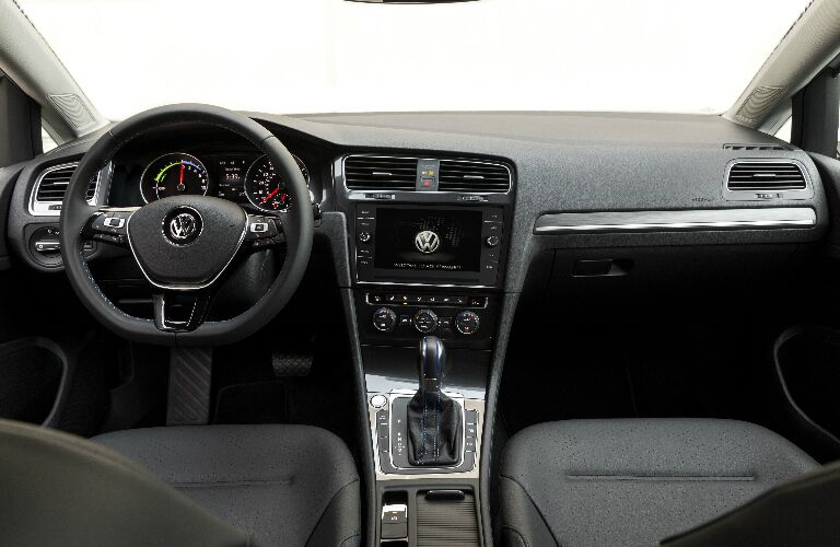 Dashboard and dark grey front seats in 2018 Volkswagen e-Golf