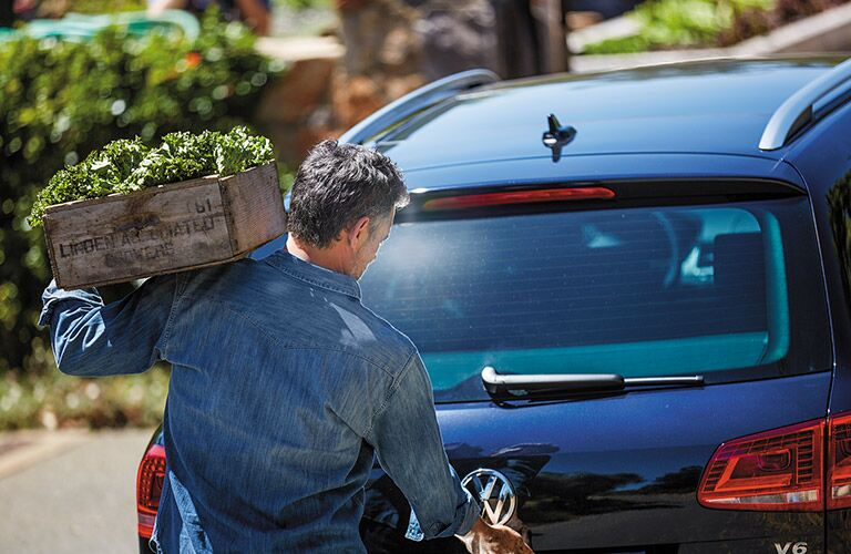 opening the 2016 vw touareg rear hatch