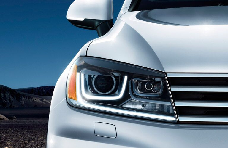 2017 Volkswagen Touareg Front Grille and Headlights