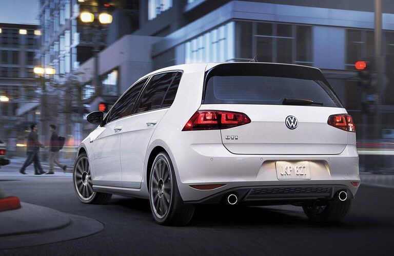 In the 2015 Volkswagen Golf GTI vs 2015 Volkswagen Golf R comparison, the GTI may have been the first hot hatch, but things are heating up.