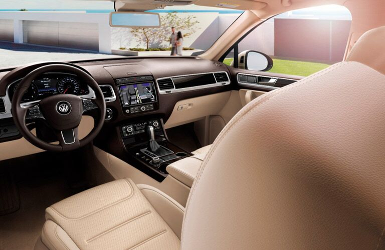 2017 Volkswagen Touareg dash and steering wheel