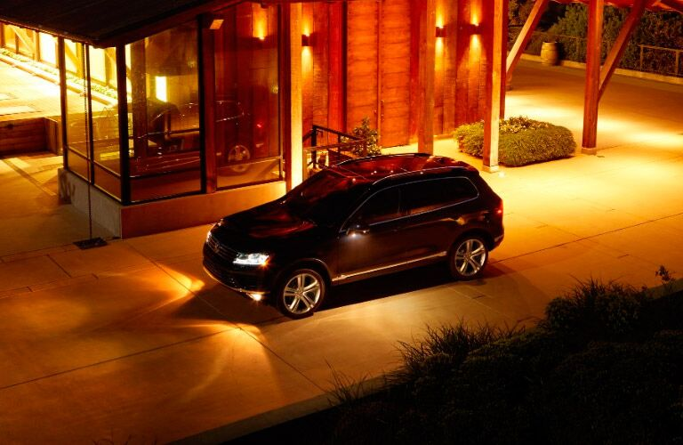 2017 Volkswagen Touareg black at night