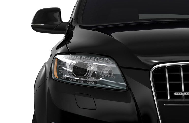 Close Up of 2016 Audi Q7 Grille and Headlights