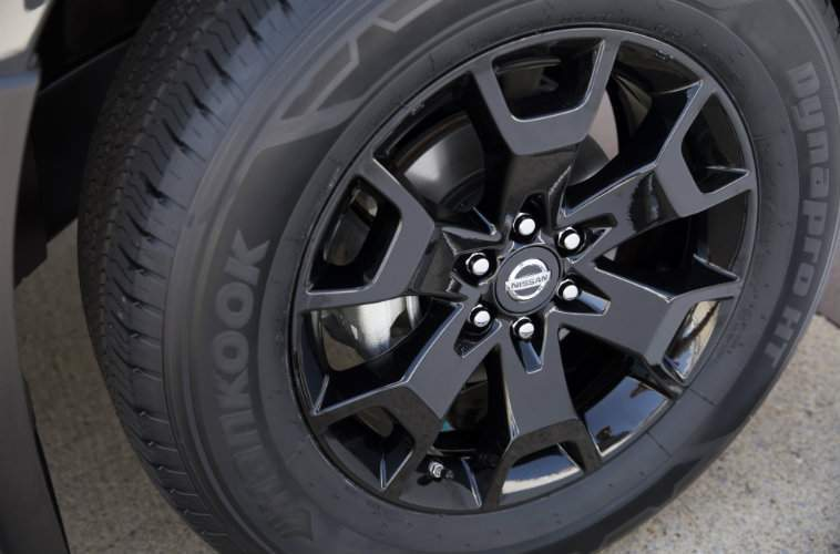 2018 Nissan Frontier Midnight Edition black aluminum-alloy wheels