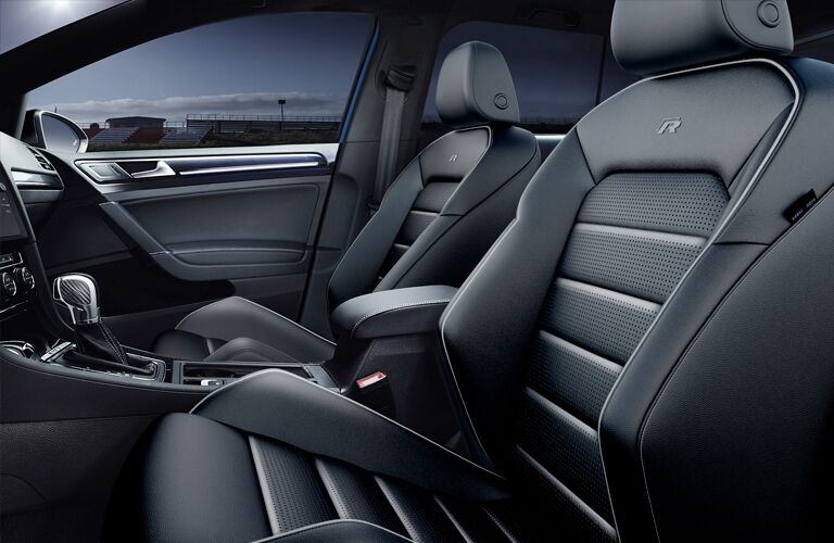 Side view of the front seats in the VW Golf R