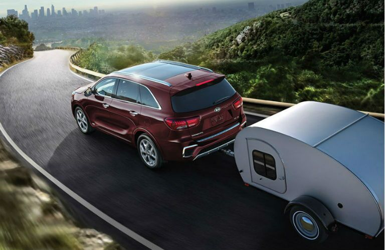 2019 kia sorento towing a large trailer in the mountains