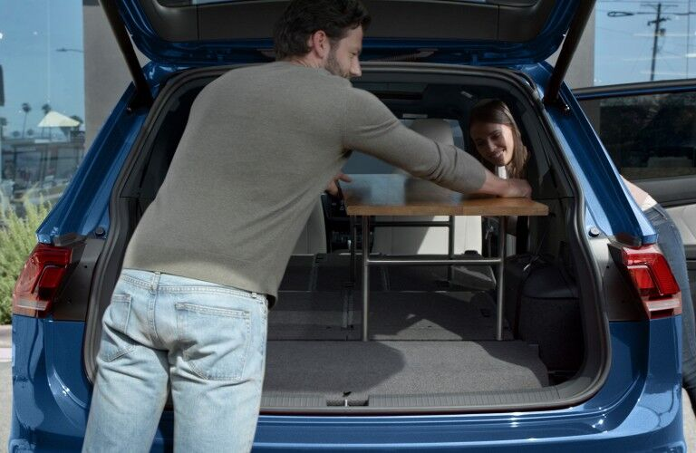 2020 Volkswagen Tiguan blue being loaded up with small table or desk_o