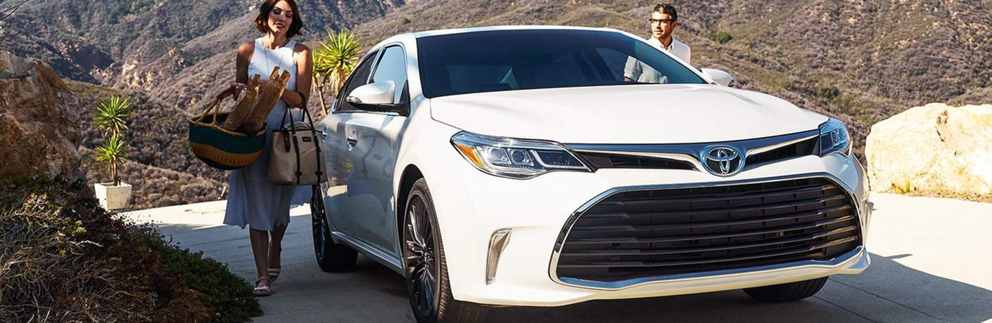 man and woman near 2018 Toyota Avalon Hybrid