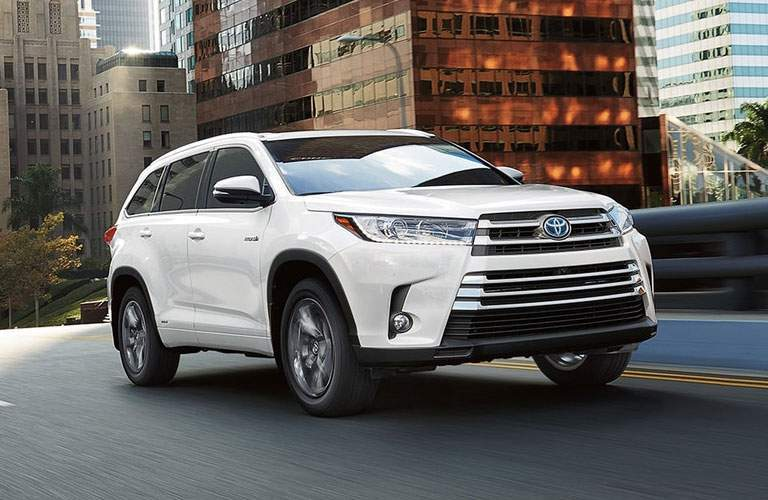 white 2018 Toyota Highlander front side view