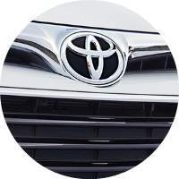 closeup of Toyota logo badge on 2018 Toyota Avalon Hybrid