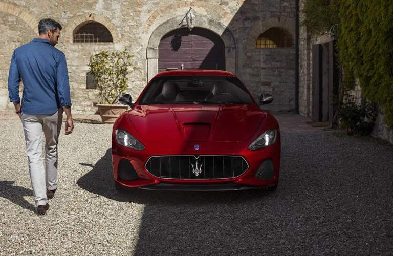 maserati coupe 2018. Wonderful Maserati Red 2018 Maserati GranTurismo Front Grille In Cobblestone Courtyard Throughout Maserati Coupe
