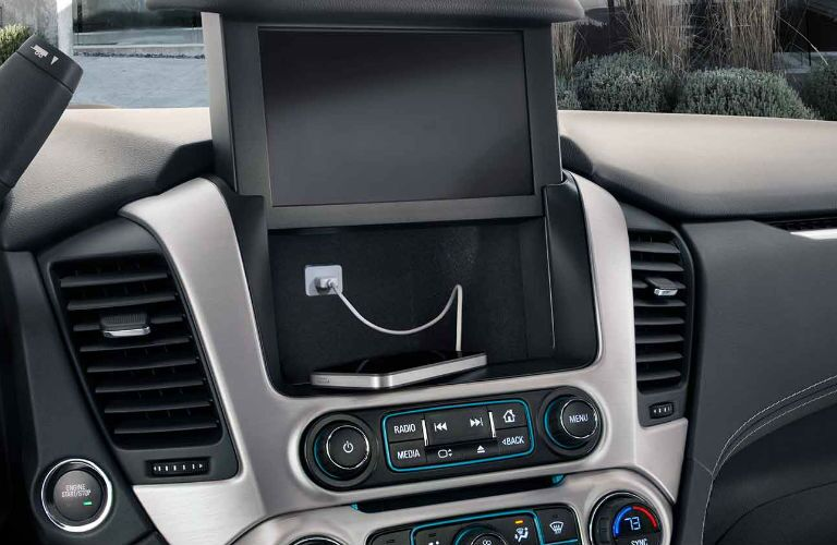 Center touchscreen and console of GMC Yukon