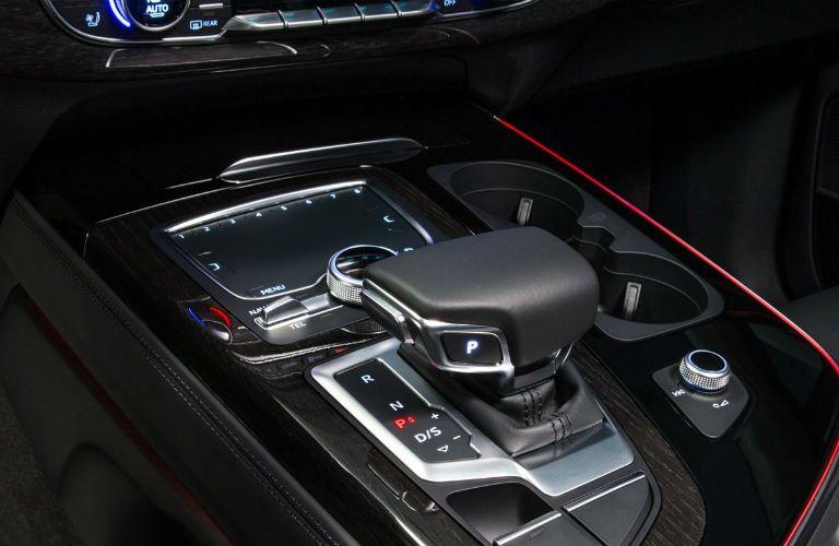 2017 Audi Q7 SUV Center Console_o