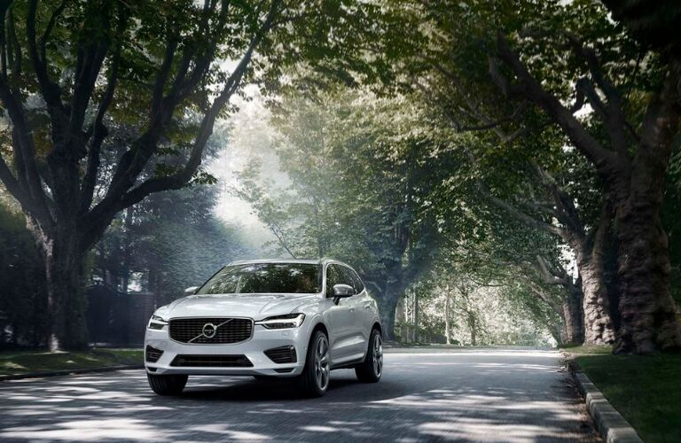 2018 volvo xc60 full view driving in street