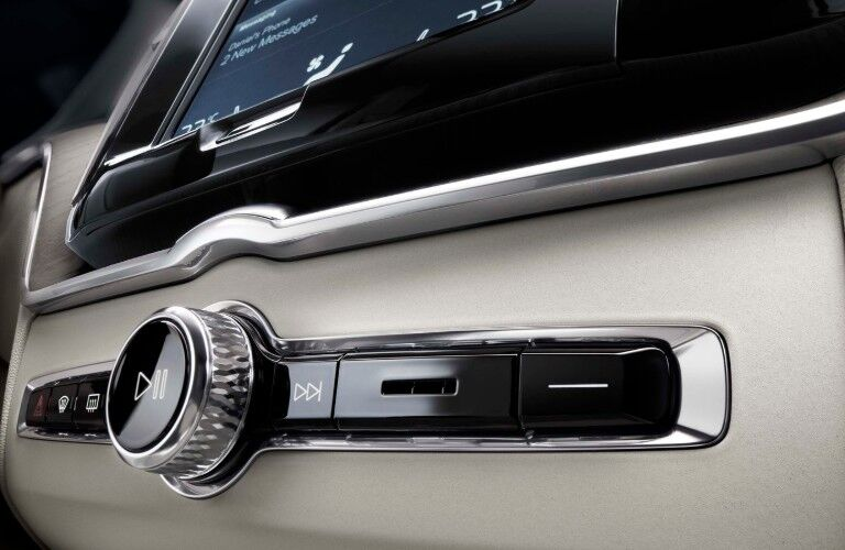 touchscreen in the 2020 Volvo XC60 Momentum