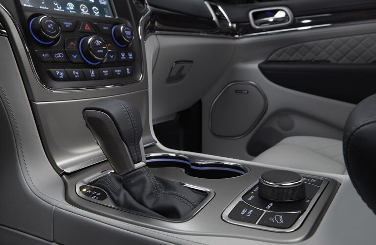 gear shift and lower instrumentation of the 2017 Jeep Grand Cherokee