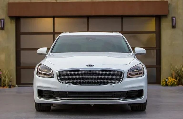 Front view of the 2021 Kia K900