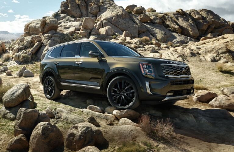 2020 Kia Telluride driving on rocks