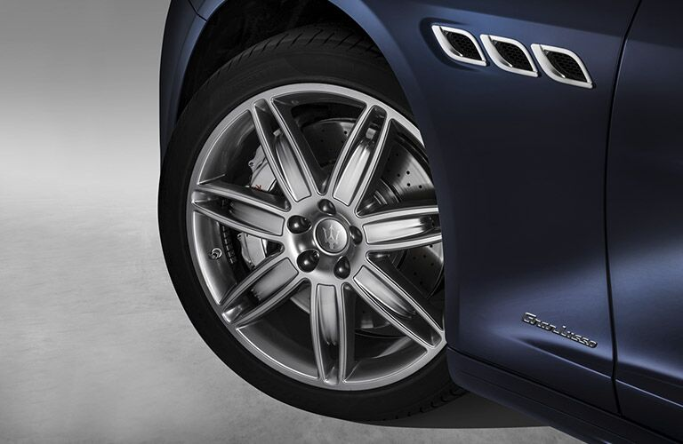 front wheel of a 2017 Maserati Quattroporte