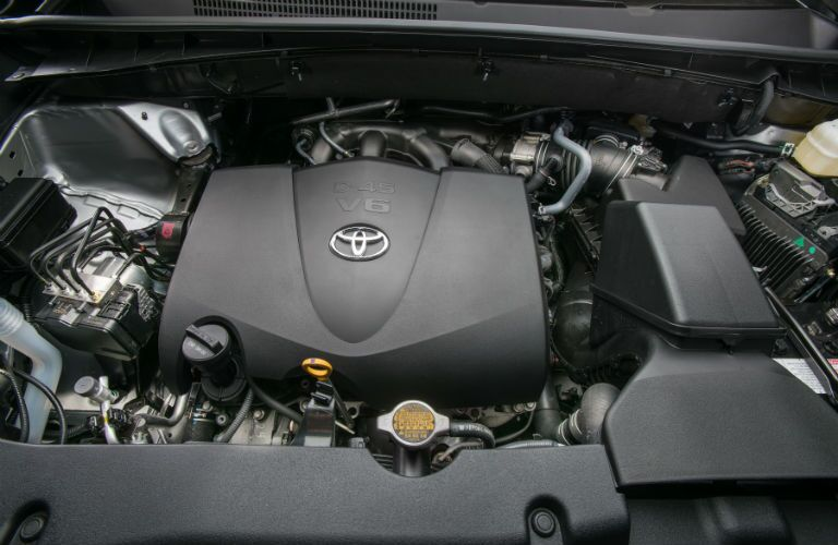 A look under the hood at the available 3.5L V6 engine of the 2018 Toyota Highlander