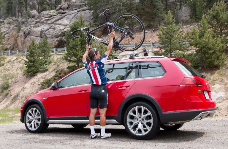 Removing a bike from the roof racks of 2017 Volkswagen Golf Alltrack