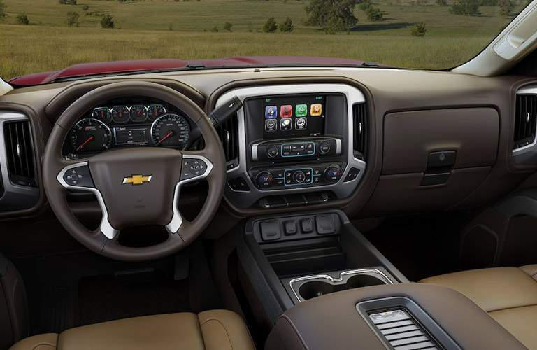Center dashboard and instrument cluster of 2018 Chevrolet Silverado 1500