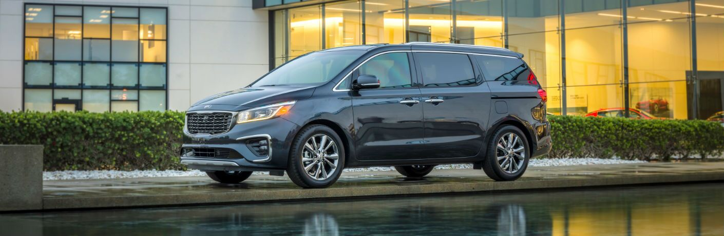 A left profile photo of the 2021 Kia Sedona.