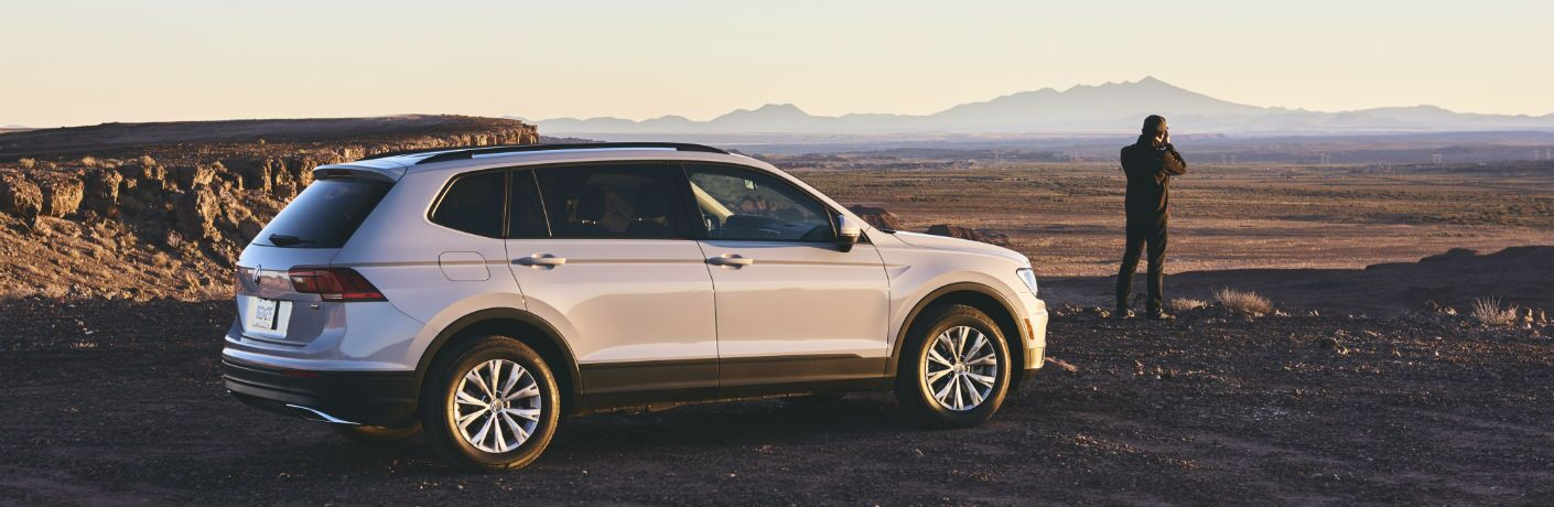 A right profile photo of the 2018 VW Tiguan parked in front of mountains.