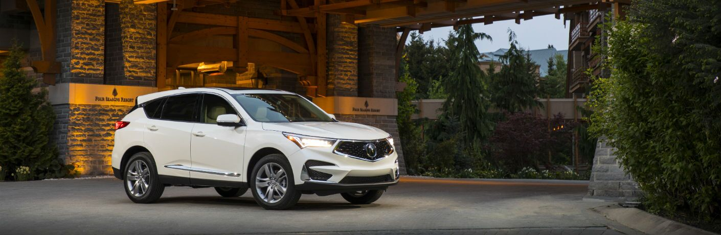 A right profile photo of the 2019 Acura RDX parked in front of a building.