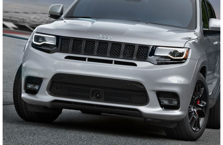 2020 Jeep Grand Cherokee SRT close up on front grille and fascia_o