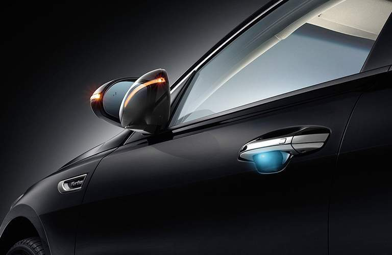 Power-folding mirror and illuminated door handle of the 2018 Kia Optima