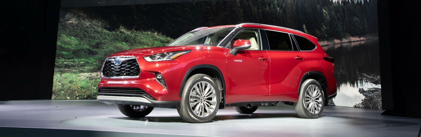 A front left quarter photo of the 2020 Toyota Highlander Hybrid at the New York Auto Show.
