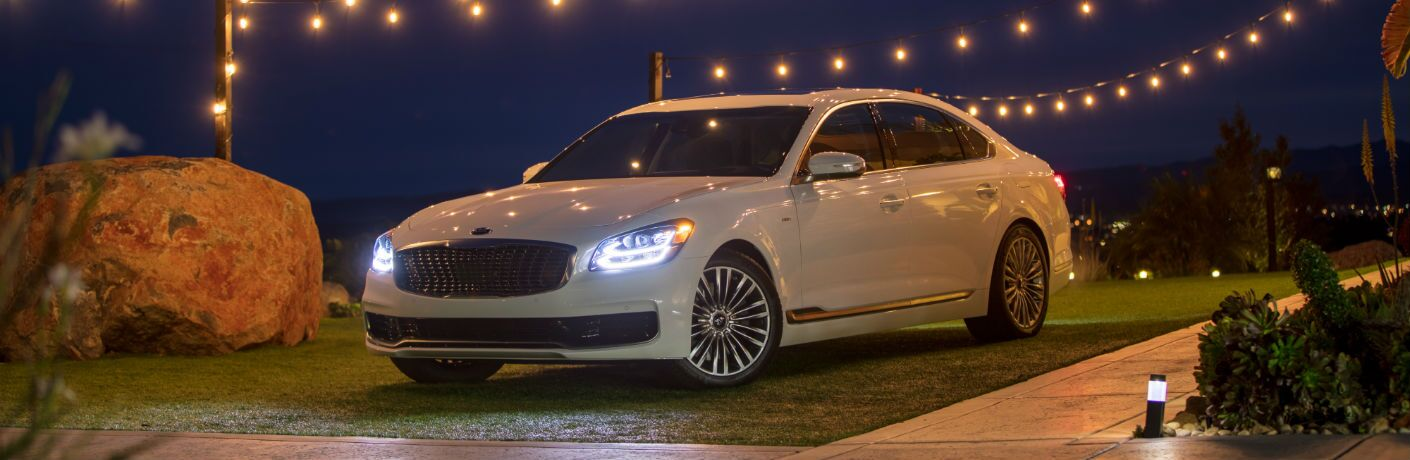 A photo of the 2019 Kia K900 parked under some lights.