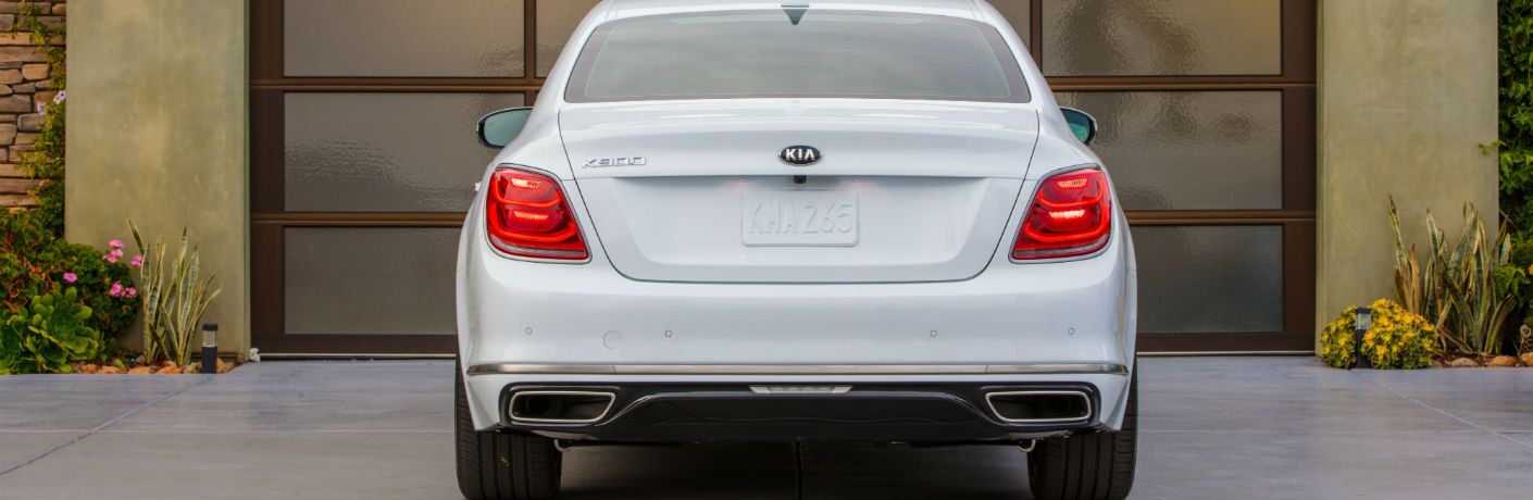 A photo of the rear of the 2019 Kia K900 parked at a home.