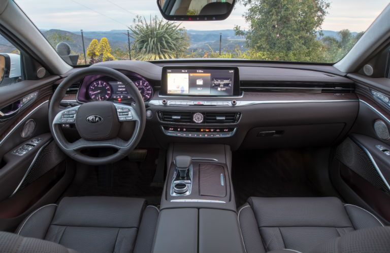 A photo of the front portion of the passenger cabin in the 2019 Kia K900 with its new touchscreen interface.
