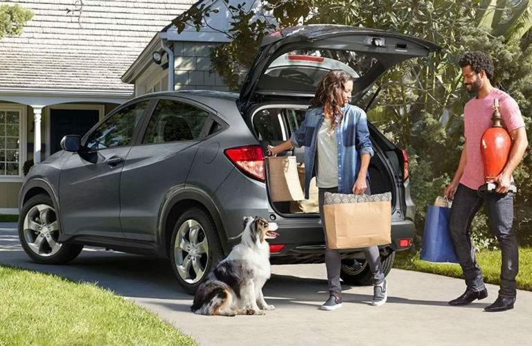 2018 Honda HR-V couple unloading cargo
