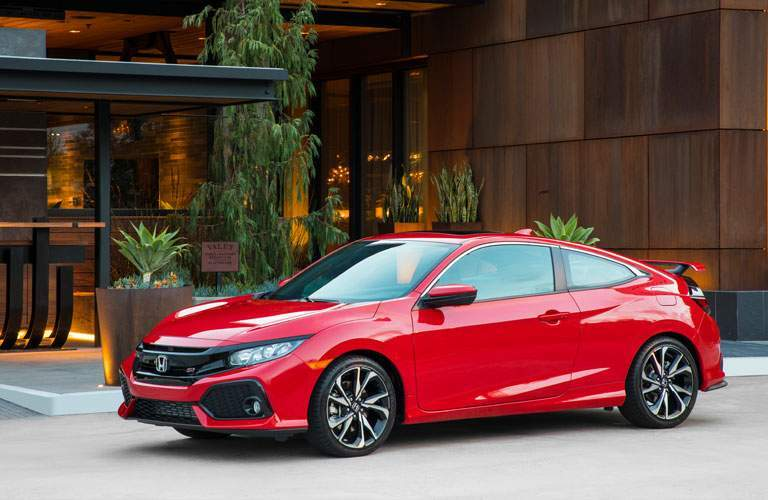 View of the 2017 Honda Civic Si from the side