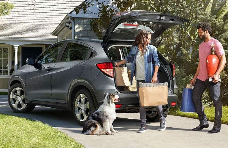 2018 Honda HR-V couple unloading groceries with dog
