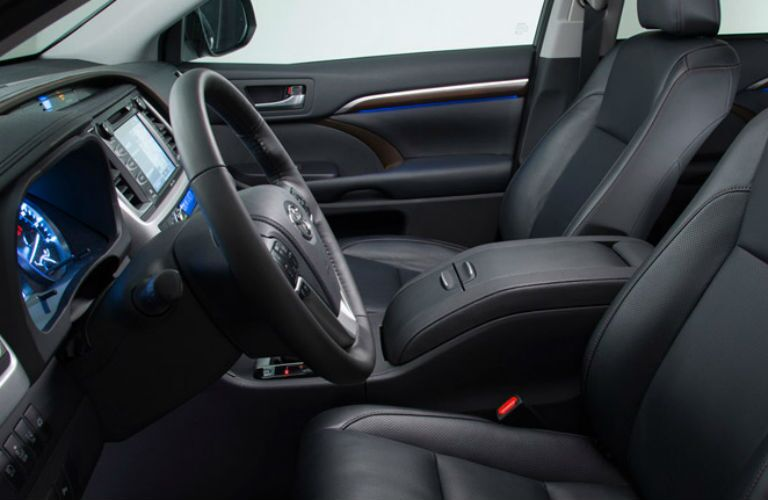Side view of the front seats in the 2015 Toyota Highlander