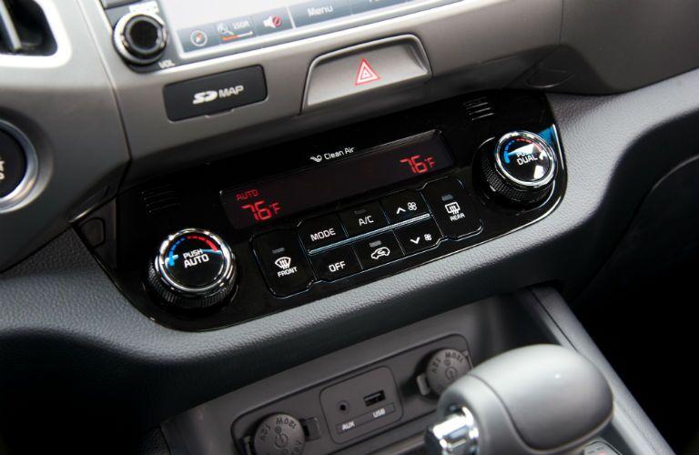 Dual zone temperature controls of the 2015 Kia Sportage