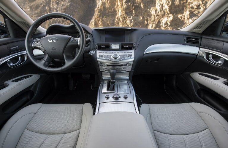 front seats, dash board of infiniti q70
